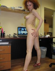 Рыжая девушка на работе сходит с ума со скуки - фото #50