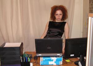 Рыжая девушка на работе сходит с ума со скуки - фото #53