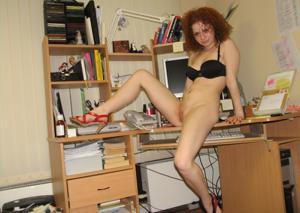 Рыжая девушка на работе сходит с ума со скуки - фото #56