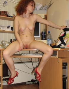 Рыжая девушка на работе сходит с ума со скуки - фото #58