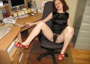 Рыжая девушка на работе сходит с ума со скуки - фото #59