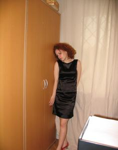 Рыжая девушка на работе сходит с ума со скуки - фото #64