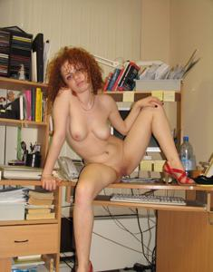 Рыжая девушка на работе сходит с ума со скуки - фото #72