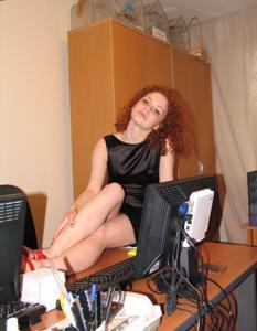 Рыжая девушка на работе сходит с ума со скуки - фото #9