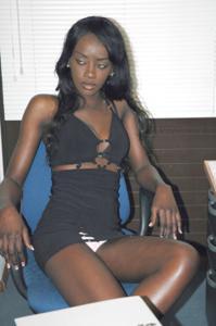 Африканская секретарша светанула трусики - фото #13