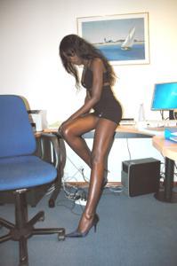 Африканская секретарша светанула трусики - фото #19