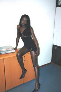 Африканская секретарша светанула трусики - фото #3