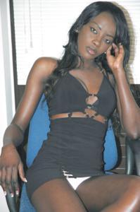 Африканская секретарша светанула трусики - фото #4