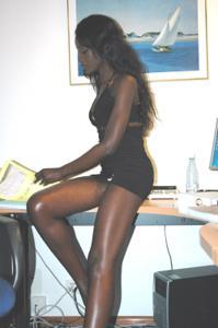 Африканская секретарша светанула трусики - фото #50