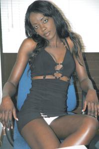 Африканская секретарша светанула трусики - фото #8