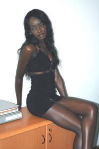 Африканская секретарша светанула трусики - фото #9