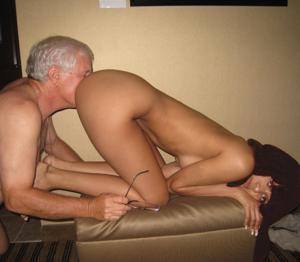 Старик лижет жопу молодой девушке - фото #13