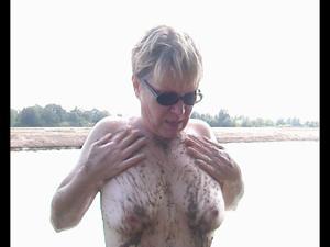Пожилая Кэт на озере - фото #7