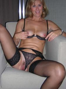 Милфа блондинка снимает нижнее белье - фото #14