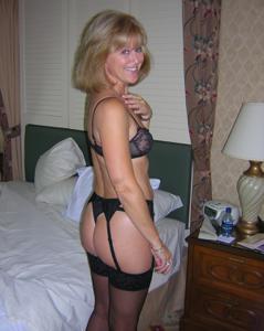 Милфа блондинка снимает нижнее белье - фото #18