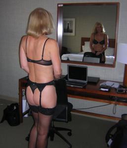 Милфа блондинка снимает нижнее белье - фото #19