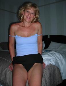 Милфа блондинка снимает нижнее белье - фото #22
