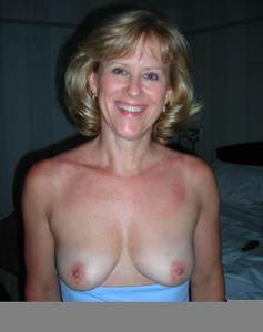 Милфа блондинка снимает нижнее белье - фото #23