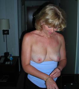 Милфа блондинка снимает нижнее белье - фото #24