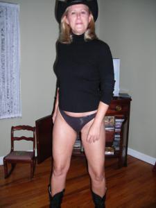 Милфа блондинка снимает нижнее белье - фото #26