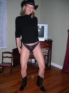 Милфа блондинка снимает нижнее белье - фото #27