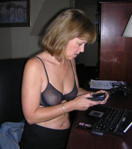 Милфа блондинка снимает нижнее белье - фото #3