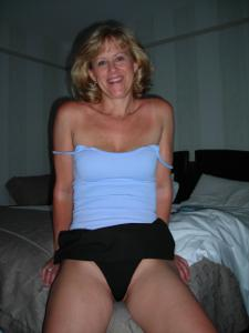 Милфа блондинка снимает нижнее белье - фото #36