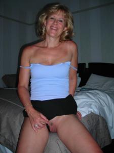 Милфа блондинка снимает нижнее белье - фото #37