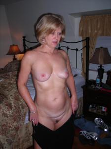 Милфа блондинка снимает нижнее белье - фото #42