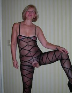 Милфа блондинка снимает нижнее белье - фото #43