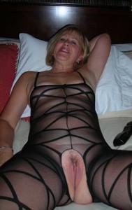 Милфа блондинка снимает нижнее белье - фото #44