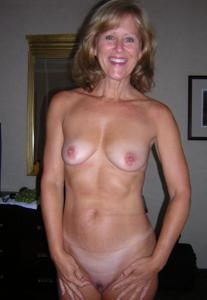Милфа блондинка снимает нижнее белье - фото #47