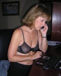 Милфа блондинка снимает нижнее белье - фото #5