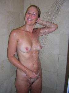 Милфа блондинка снимает нижнее белье - фото #50