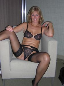 Милфа блондинка снимает нижнее белье - фото #51