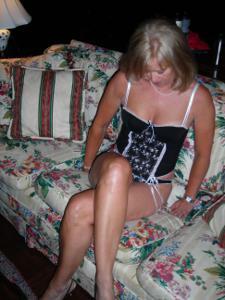 Милфа блондинка снимает нижнее белье - фото #56