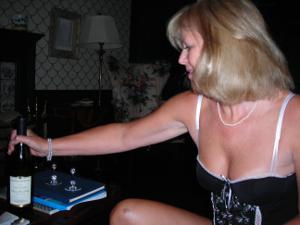 Милфа блондинка снимает нижнее белье - фото #57