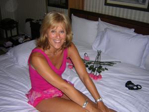 Милфа блондинка снимает нижнее белье - фото #58