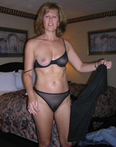 Милфа блондинка снимает нижнее белье - фото #6