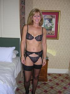 Милфа блондинка снимает нижнее белье - фото #60