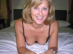 Милфа блондинка снимает нижнее белье - фото #61