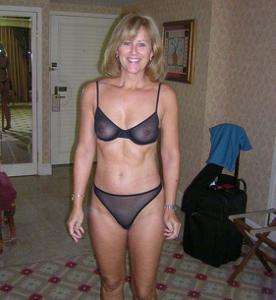 Милфа блондинка снимает нижнее белье - фото #62