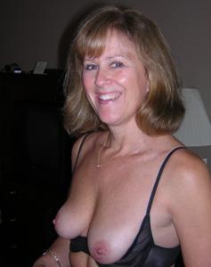 Милфа блондинка снимает нижнее белье - фото #8