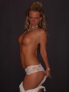 Очередная блондинка сняла нижнее белье - фото #4