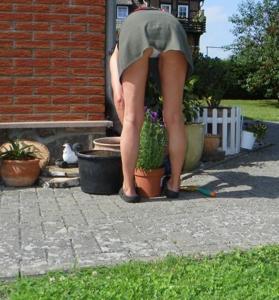 Домохозяйка в огороде без трусиков к короткой юбке - фото #2