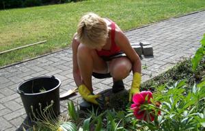 Домохозяйка в огороде без трусиков к короткой юбке - фото #3