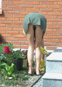 Домохозяйка в огороде без трусиков к короткой юбке