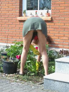 Домохозяйка в огороде без трусиков к короткой юбке - фото #8