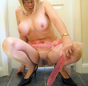 Блондинка присаживается на розовый дилдо - фото #1