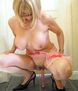 Блондинка присаживается на розовый дилдо - фото #4